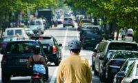 muž na segway na cestě pro cyklisty