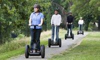 skupina na vozítkách segway v parku